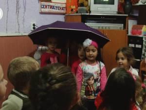 Cursuri în ploaie, printre găleţi şi lighene, la Grădiniţa Văratec din Salcea