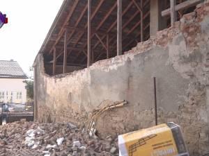 13 persoane printre care şase copii, evacuate sâmbătă seară după ce zidul unei case vecine s-a prăbuşit