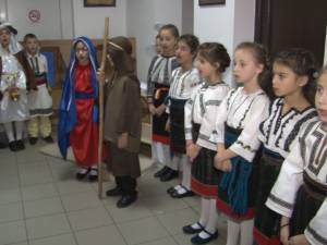 """Redacţia Monitorului de Suceava a primit ieri colindători de la Aşezământul de copii """"Sf. Ierarh Leontie"""" de la Rădăuţi"""