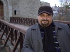 """Emil Ursu, omul care a dat viaţă Cetăţii de Scaun a Sucevei şi a """"asediat-o"""" cu turişti"""