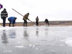 Pompierii din Bosanci au păstrat şi în acest an vechiul obicei al ridicării crucilor de gheaţă pentru sărbătoarea Bobotezei