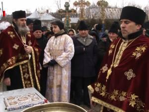 Preotul, pompierii voluntari şi credincioşii din Bosanci au pornit în procesiune de sfinţire prin comună