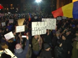 Protestele iau amploare în Suceava. Peste 2.500 de persoane au protestat în faţa Prefecturii şi au mărşăluit prin oraş