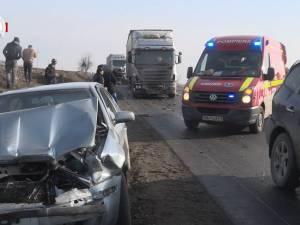 Accidente în lanţ pe E 85: şapte maşini implicate, printre care o ambulanţă şi un tir, şi cinci răniţi