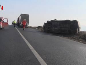 Nebunie pe E 85: un tir a intrat în coloana de maşini formată după ce un autoturism a răsturnat o ambulanţă