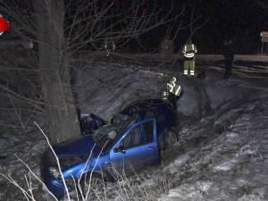Tragedie cumplită într-o familie, după ce maşina în care era s-a zdrobit de un copac
