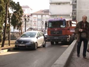 O stradă din centrul Sucevei, blocată mai bine de o oră de o şoferiţă plecată cu treburi