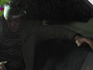 """Șofer beat, care s-a izbit în două maşini, salvat din mâinile oamenilor furioşi cu """"mascaţii"""" Poliţiei"""