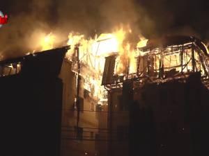 Iadul flăcărilor la Gura Humorului: oameni disperaţi, care au sărit pe geam, 68 de apartamente afectate, din care 18 distruse complet