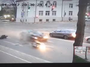 Motociclistul lovit violent de o maşină în intersecţie are mai multe leziuni, dar este stabil