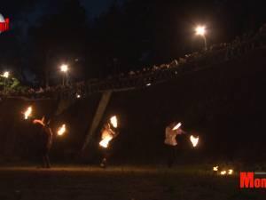 Dansul cu focul, spectacol fascinant în şanţul de apărare al Cetăţii Sucevei