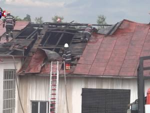 Un puternic incendiu izbucnit din cauza neglijenţei a distrus o hală la Fălticeni