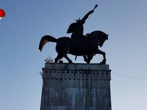"""Soclul celei mai înalte statui ecvestre din România va fi reabilitat """"în regim de urgență"""""""