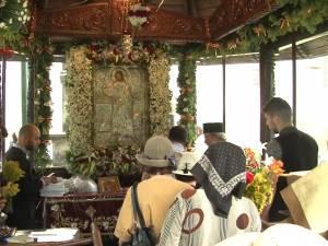 Racla cu moaştele Sfântului Ioan cel Nou de la Suceava, așezată vineri sub baldachinul din curtea mănăstirii