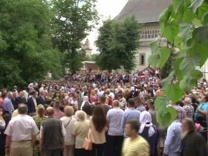Procesiune cu mii de oameni pe străzile Sucevei
