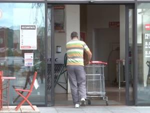 Bătrân de 84 de ani, cu multiple fracturi după ce a fost izbit de uşile glisante ale unui magazin din Suceava