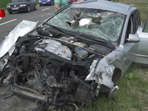 Soţul mort, soţia şi fiica rănite grav, după ce o maşină s-a răsturnat în timpul unei depăşiri