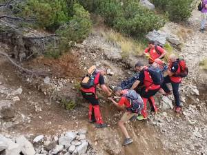 Turist rănit în Călimani, coborât de pe munte de salvamontiști