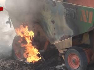 Peste 10 hectare de mirişte cuprinse de flăcări, de la o balotieră care a luat foc în mers