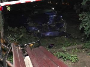Trei tineri aflaţi pe o bancă din centrul Rădăuţiului, accidentaţi de o maşină condusă de un individ fără permis