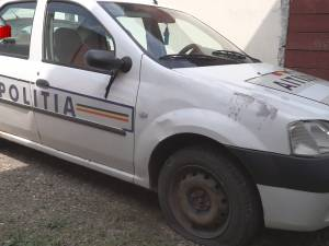 Cauciucurile autospecialei de poliţie din Șcheia, tăiate de necunoscuţi chiar în curtea sediului instituţiei