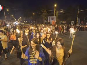 Parada cu făclii a celui mai mare festival medieval din ţară, urmărită în stradă de zeci de mii de oameni