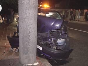 Accident cu cinci răniți, după ce șoferul, băut, a intrat cu mașina în stâlp