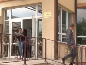 Doi elevi eliminaţi de la prima probă a bacului, după ce au fost surprinşi copiind
