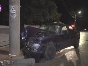 Accident cu cinci răniţi după ce şoferul, beat, a intrat cu maşina în stâlp