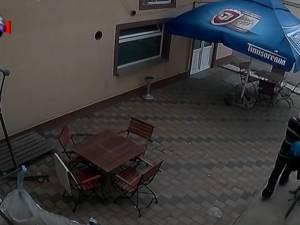 Furt de bicicletă înregistrat de camerele video ale unui bar