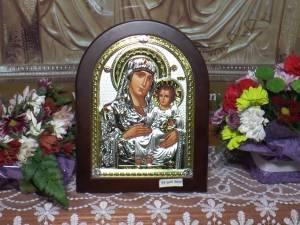 Bătrâna care a furat o icoană din Catedrala Rădăuţi s-a căit şi a adus-o înapoi la biserică