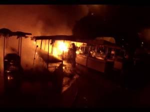 Incendiu puternic la tarabele din Piaţa Burdujeni, de la o candelă uitată aprinsă