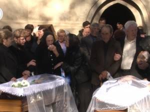 Lacrimi şi durere la înmormântarea soţilor Șandru, morţi în tragicul accident de la Cornu Luncii