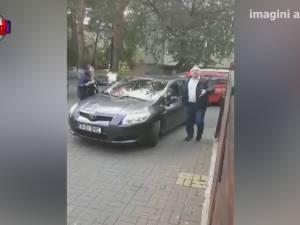Maşină lipită cu scotch pe toate părţile, pentru că a parcat pe trotuar