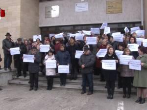 Protest al angajaţilor APIA Suceava, care acuză discriminări la salarizare şi nu vor să accepte diminuarea acestora