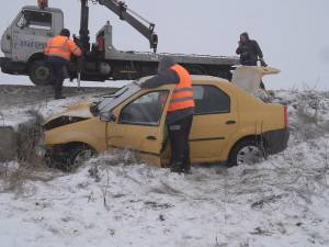 Accident mortal, după ce o mașină a intrat într-un cap de pod