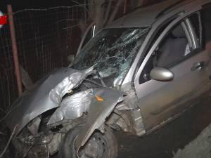 Patru tineri au scăpat ca prin minune, după ce autoturismul în care se aflau a intrat într-un stâlp