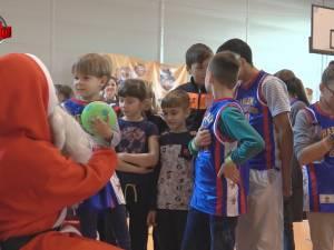 Moș Crăciun a venit la copiii din centrele de plasament, după ce au învățat să joace baschet