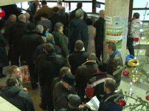 Aglomeraţie la ghişeele Primăriei Suceava în prima zi de plată a taxelor şi impozitelor