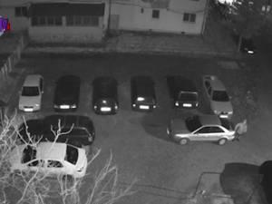 Hoţ de bunuri de pe maşini, înregistrat de o cameră de supraveghere