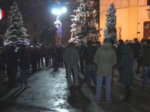 """Susţinătorii """"#rezist"""" din Suceava, indignaţi că numărul sucevenilor care protestează în stradă este foarte mic"""