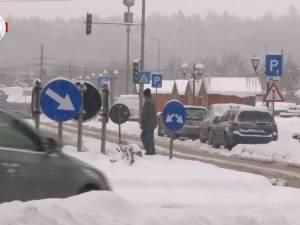 Circulație îngreunată de zăpadă, pe străzile şi trotuarele din Suceava