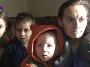 O familie cu cinci copii, cu vârste cuprinse între 2 și 11 ani, din Călinești-Enache, are nevoie urgentă de ajutor