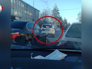 O mașină a MAI, filmată în timp ce intră pe roșu în intersecție, în fața Poliției