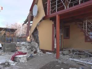 O femeie a suferit arsuri grave în urma unei explozii care a distrus locuinţa familiei