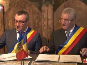 """Suceava şi Soroca au semnat un protocol de colaborare, cu gândul la """"o înfrăţire într-o ţară mai mare şi unită"""""""