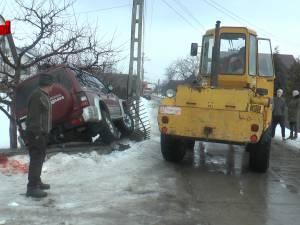 Tânăr strivit de temelia unui gard, după o coliziune între două autoturisme