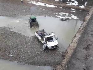 Au plonjat cu o camionetă în râul Suceava, de la o înălţime de 10 metri