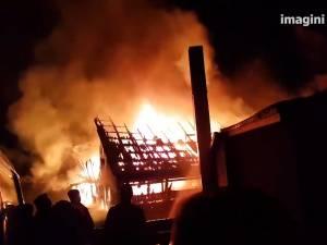 Un incendiu violent a mistuit un grajd şi un garaj din Rădăşeni