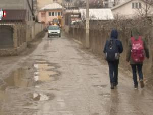 Locuitori din Burdujeni, revoltaţi de drumul plin de noroi pe care sunt nevoiţi să circule zilnic